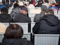 等待的人们坐和 免版税库存图片