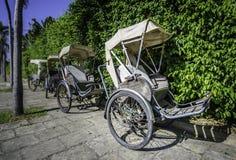 出租机动三轮车人力车在越南 库存照片