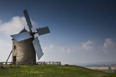 等待的唐Quijote :风车在阳光下,在大西洋海岸,法国 免版税库存照片
