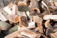 等待的堆木柴被堆积 免版税库存照片