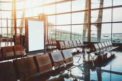 等待的大厅在机场门离开区域  免版税库存照片