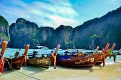 等待的木长尾巴小船横渡玛雅人海滩的旅游乘客 库存照片