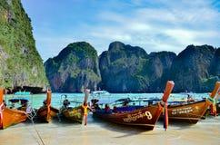 等待的木长尾巴小船横渡玛雅人海滩的旅游乘客 库存图片