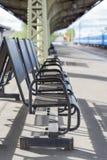等待的椅子区域的被弄脏的图象火车站的 免版税图库摄影