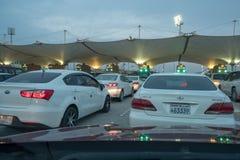 等待的汽车穿过巴林沙特边界 免版税库存照片