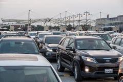等待的汽车穿过巴林沙特边界 库存图片