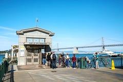 等待的游人跳跃在小船在一个门在圣弗朗西斯 库存图片