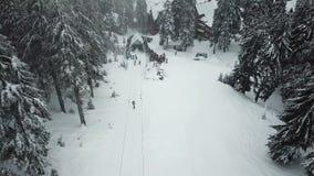 等待的滑雪者和的挡雪板线攀登推力 影视素材