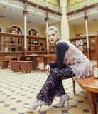 等待的火车站的,葡萄酒在经典内部的人概念年轻可爱的时尚夫人 库存照片