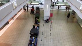 等待的父母和的孩子顶面射击乘在本那比购物中心里面的火车 股票录像
