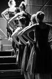 等待的芭蕾舞女演员进入阶段 库存照片