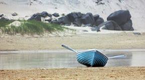 等待的蓝色桨 库存图片