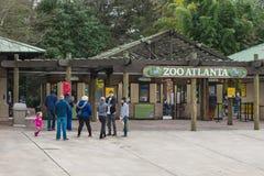 等待的访客进入动物园亚特兰大 库存照片
