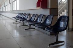 等待的集合的位子对在空的走廊的墙壁 免版税库存图片