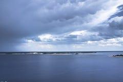 等待的雨和雷暴 风雨如磐的天空 覆盖黑暗 图库摄影