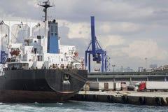 等待的货船被装载在伊斯坦布尔口岸Kadikoy 免版税库存照片