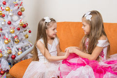 等待礼物的美丽的礼服的女孩加入了手 库存图片