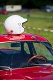 等待种族的红色经典汽车 免版税库存图片