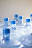 等待空的瓶水回收 免版税库存图片