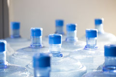 等待空的瓶水回收 库存图片