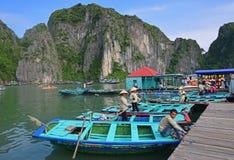 等待竹小船的划船者乘客在下龙湾 免版税库存图片