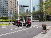 等待红绿灯的摩托车车手 库存照片