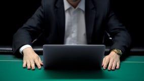 等待网上对手的打牌者做赌注,竞争赌博 库存照片