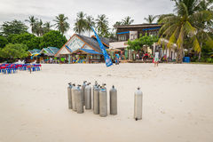 等待芭达亚海滩的氧气瓶潜水者在酸值Lipe海岛 库存照片