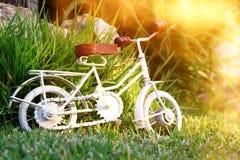 等待葡萄酒自行车微型的玩具户外 免版税库存图片