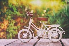 等待葡萄酒自行车微型的玩具户外 免版税库存照片