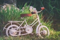 等待葡萄酒自行车微型的玩具户外 库存照片