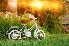 等待葡萄酒自行车微型的玩具户外 免版税图库摄影