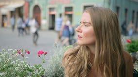 等待被延迟的人的咖啡馆的年轻美丽的妇女 股票录像