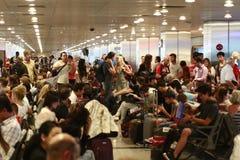 等待被延迟的飞行伊斯坦布尔,阿塔图尔克机场的游人 免版税库存图片