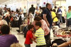 等待被延迟的飞行伊斯坦布尔,阿塔图尔克机场的游人 免版税图库摄影