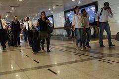 等待被延迟的飞行伊斯坦布尔,阿塔图尔克机场的游人 库存图片