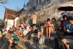 等待观看的日落的旅客在Phu Si寺庙, Luang PR 免版税库存图片