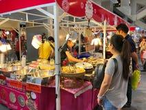 等待购买的未认出的游人一些食物在Ladprao路的联合购物中心 免版税库存图片