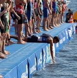 等待起动信号的男性游泳竞争者 免版税库存图片