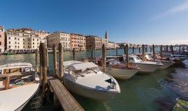 等待车手的水出租汽车在威尼斯 库存照片