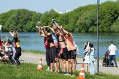 等待那里在河背景的嬉戏队任务 莫斯科第十个健身节日 图库摄影