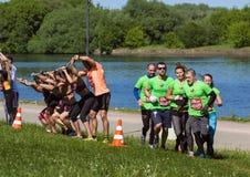 等待那里在河背景的嬉戏队任务 莫斯科第十个健身节日 免版税库存照片