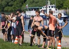 等待那里在河背景的嬉戏队任务 莫斯科第十个健身节日 库存图片