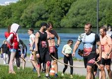 等待那里在河背景的嬉戏队任务 莫斯科第十个健身节日 库存照片