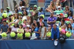 等待题名的网球迷在比利吉恩National Tennis Center国王 库存图片