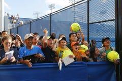 等待题名的网球迷在比利吉恩National Tennis Center国王 免版税库存照片