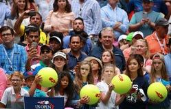 等待题名的网球迷在比利吉恩National Tennis Center国王 免版税库存图片