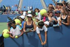 等待题名的网球迷在比利・简・金国家网球中心 免版税库存图片