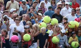 等待题名的网球迷在比利・简・金国家网球中心 库存照片