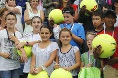 等待题名的年轻网球迷在比利・简・金国家网球中心 库存照片